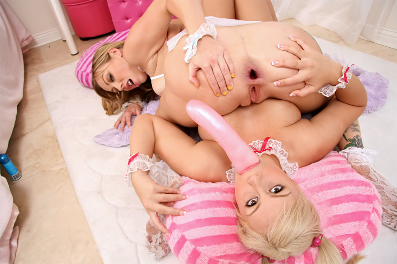 Two girl with a toy porn, erotic riding videostures